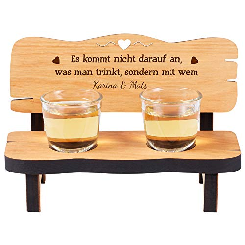 Schnapsbank mit 2 Gläsern und Gravur: personalisiertes Hochzeitsgeschenk aus Holz mit Namen und Spruch- gravierte Geschenke für Verliebte zum Geburtstag, Jahrestag oder zur Hochzeit