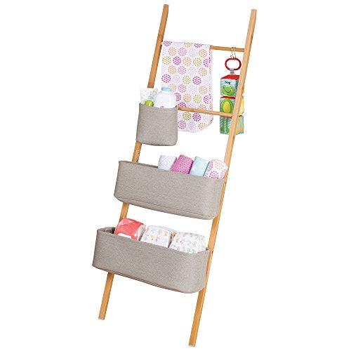 mDesign Leiterregal – Baby Organizer für Kleidung, Spielzeug etc. – praktisches Aufbewahrungssystem mit drei Taschen – natur / grau