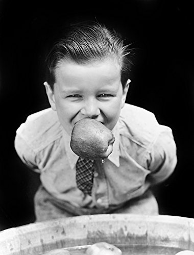 The Poster Corp Vintage Images - 1930s Boy Bobbing for Apples with An Apple In His Mouth Looking at Camera Kunstdruck (55,88 x 71,12 cm)