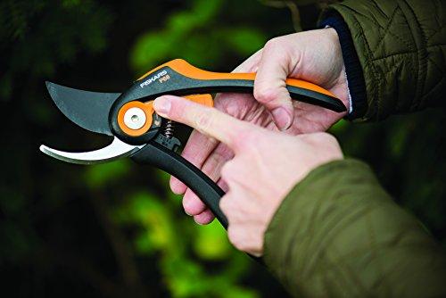 fiskars-bypass-gartenschere-fuer-frische-aeste-und-zweige-antihaftbeschichtet-hochwertige-stahl-klingen-kunststoff-griffe-laenge-20-cm-schwarz-orange-smartfit-p68-1001424-3