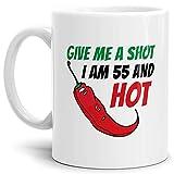 Tasse Give me a Shot I am 55 and Hot Geburtstags-Geschenk Zum 55. Geburtstag/Lustig / Witzig/Heiß / Knackig/Kaffeetasse / Mug/Cup / Weiss