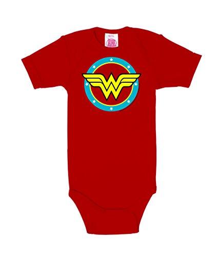 El body para bebé Wonder Woman - Circle Logo de LOGOSHIRT en rojo lleva estampado el logotipo de Wonder Woman. El body es una pieza obligatoria para los fans de DC Comics - Wonder Woman. El body de Wonder Woman - Circle Logo está fabricado al 100% co...