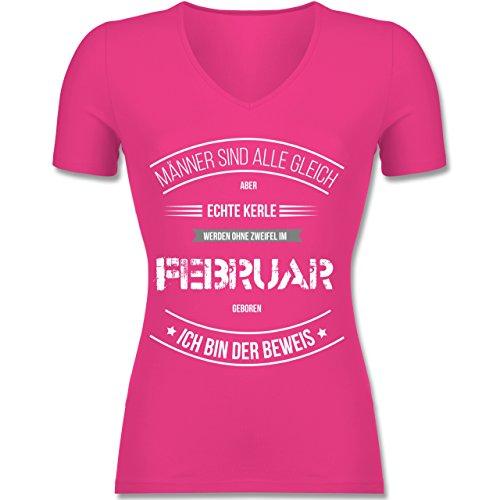 Geburtstag - Echte Kerle Werden IM Februar Geboren - Tailliertes T-Shirt mit V-Ausschnitt für Frauen Fuchsia
