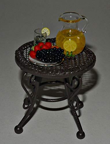 Lea Pet Puppen Gartenmöbel , Tisch mit Saftkaraffe, Glas und Obstteller, Kl. Gartentisch 1:12