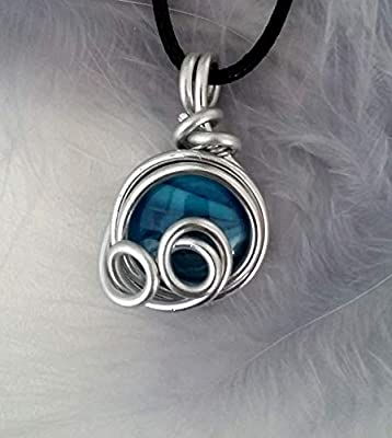 Pendentif perle bleue et fil aluminium