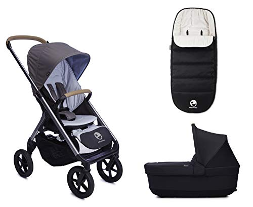 Easywalker Mosey+ in der Farbe Pebble Grey, der Easywalker Mosey+ Reisebett in der Farbe Charcoal Blue + Easywalker Mosey+ Fußsack auch in der Farbe Charcoal Blue