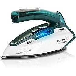 Plancha de viaje marca TAURUS. Modelo: Easy Travel. Suela de cerámica, Golpe vapor de 45 g/min. Posee un cómodo mango abatible, reguladores de vapor y temperatura e interruptor para doble voltaje