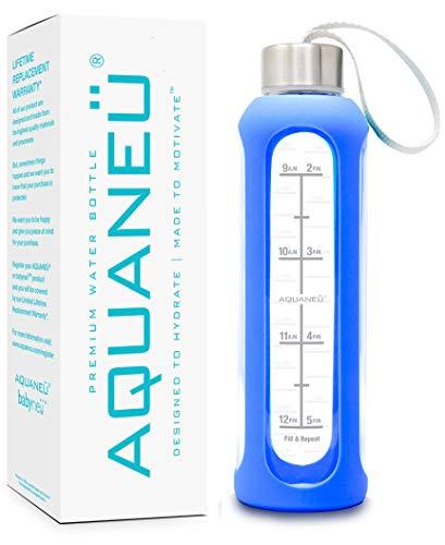 AQUANEÜ Trinkflasche mit Zeitmarkierung und Silikonhülle für den täglichen Wassereinlass, mit Zeitanzeige, BPA-frei und umweltfreundlich, inkl. Geschenkbox, blau
