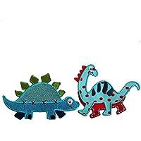 Diplodocus 10X8Cm Stegosauro 11X7Cm Dinosauro colorato in tessuto intarsiato celeste e rosso, con ricami color rosso e blu, contorno in tinta. Tartaruga bicolore su fondo azzurro con punti verdi ricamati e spuntoni sul dorso verdi, disegno contornato da ricamo azzurro.