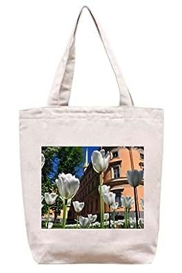 Grandes Tulipanes Blancos crecen en el csped–Toile en coton Sac fourre-tout