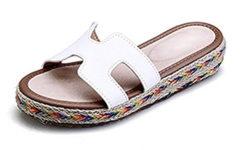 Frau Außen tragen flache Sandalen und Pantoffeln Wort Sommerschuhe White