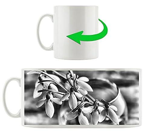 Monocrome, Schneeglöckchen in der Vase, Motivtasse aus weißem Keramik 300ml, Tolle Geschenkidee zu jedem Anlass. Ihr neuer Lieblingsbecher für Kaffe, Tee und Heißgetränke