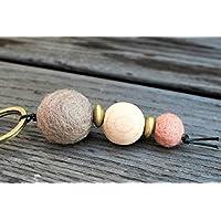 Weihnachtsgeschenk // Schlüsselanhänger mit Filz- und Holzperlen in verschiedenen Größen und Formen in beige, goldfarben, altrosa und naturfarben;