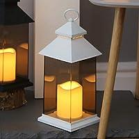 Mettete in onore il vostro giardino o la vostra casa con queste lanterne per esterni/interni con candele LED scintillanti, disponibili in grigio, nero o bianco. Questa lanterna illuminerà e abbellirà la vostra casa con un'atmosfera elegante. ...