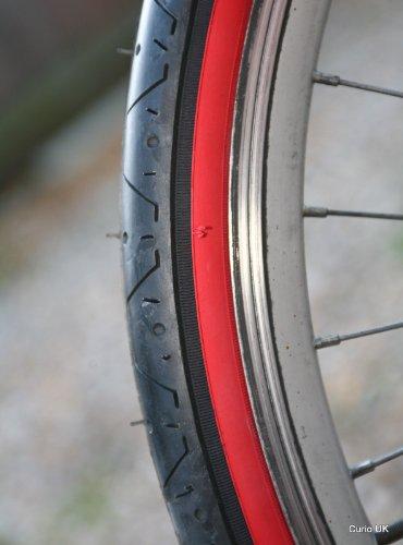 CURIO UK LS077 Slick-Reifen für Mountainbike, für Fahrten auf der Straße, mit rotem Seitenläufer, Maße: 66x 5,3 cm