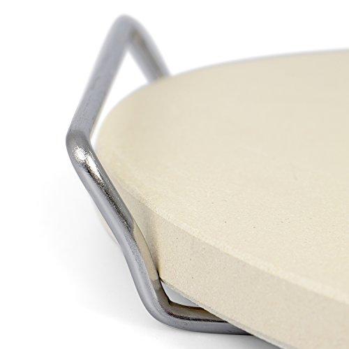 Rustler Pizzastein-/ Brotbackstein ø26 cm mit Edelstahl-Gestell | für Pizza, Flammkuchen, frischem Brot, Brötchen, Quiches und Kuchen | für Backöfen, Holzkohle- und Gasgrills geeignet