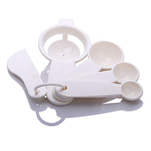 le-blanc-doeuf-sparateur-avec-spatule-cuillre-de-mesure-et-de-traitement-au-four-oeufs-une-petite-cu