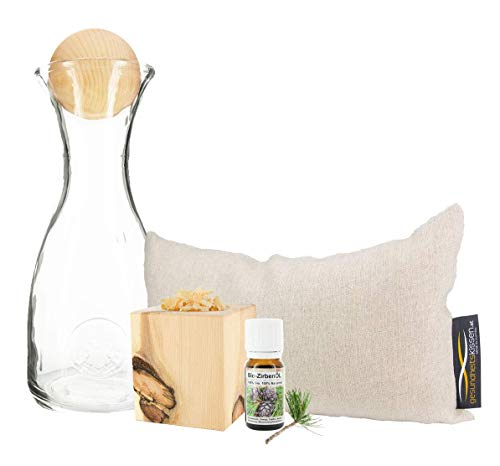 Zirbenerlebnis Geschenksbox: Bio Zirbenkissen (17x29cm) + Zirbenwürfel-Set Inkl. Bio Zirbenöl (10ml) + Zirbenkugel (7cm) + Wasserkaraffe Misura (1 Liter)