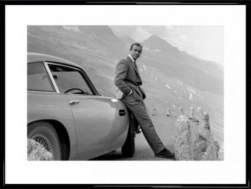1art1-poster-encadre-de-james-bond-adosse-contre-son-aston-martin-80-x-60-cm