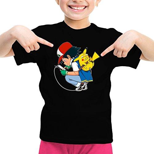 Pokémon Lustiges Schwarz Mädchen Kinder T-Shirt - Pikachu und Ash Ketchum (Pokémon Parodie) (Ref:883)