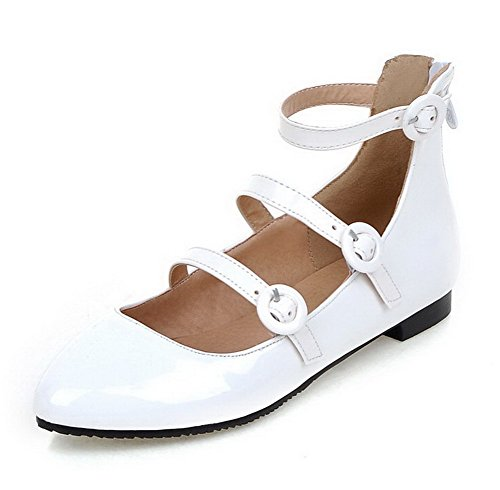 AllhqFashion Damen Niedriger Absatz Rein Schnalle Lackleder Spitz Zehe Pumps Schuhe Weiß