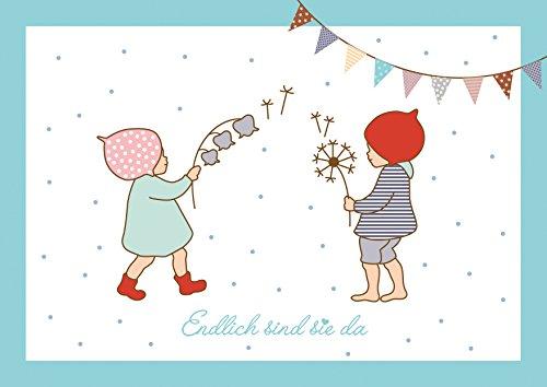 Endlich sind sie da Niedliche Glückwunschkarte zur Geburt für Zwillinge • Mädchen und Junge (Babykarte/Zwillings Karte) mit 2 Wichtelmännchen und Girlande in Blau. (Mit Umschlag) (1)
