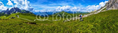 woman-on-a-mountain-trail-taking-a-photo-dolomites-70170579-aluminium-dibond-140-x-40-cm