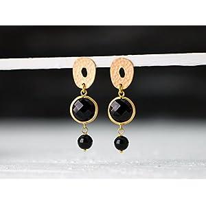 Festliche, elegante Ohrringe mit Schwarz: Üppige, matt goldene Ohrstecker mit einem gefassten Onyx-Element und Onyx-Perle