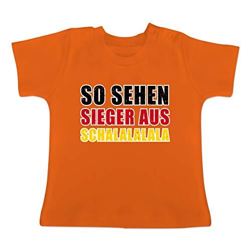 Fußball-Europameisterschaft 2020 - Baby - So sehen Sieger aus! Schalalalala Deutschland - 12-18 Monate - Orange - BZ02 - Baby T-Shirt Kurzarm