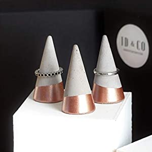 Atelier Ideco – Drei Rosegold Ringkegel Aus Beton Für Schmuck Verkaufsständer