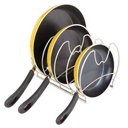 mDesign praktischer Pfannenhalter – stilvolle Küchenaufbewahrung für Pfannen mit 4 Fächern – Gusseisen- und Bratpfannen Aufbewahrung – mattsilberfarben