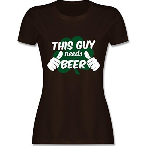 Shirtracer St. Patricks Day - This Guy Needs Beer Kleeblatt - Damen T-Shirt Rundhals Braun
