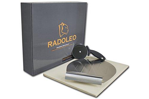RADOLEO Pizzastein aus Cordierit | Premium Set | geeignet für Öfen und Grills | 38cm x 30cm x 1,3cm | inkl. Pizzaroller und Edelstahl Pizzaschieber | Mit Geschenkverpackung