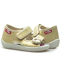 De los muchachos chica de espaldas en ropa de lona diseño de zapatos con zapatillas de casa texto en inglés y zapatillas sandalias planas de tela con infantil con diseño de