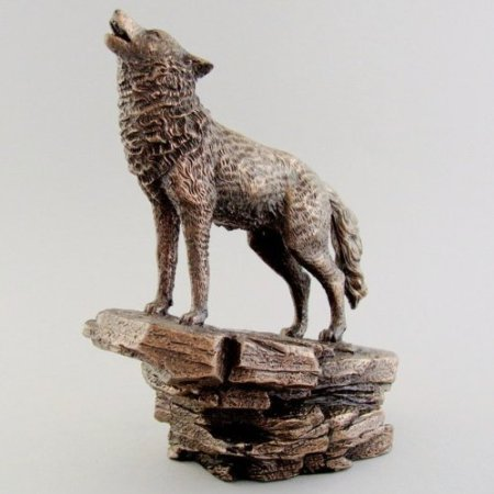Lobo aullando–Escultura de bronce