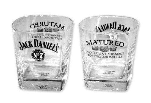 close-up-juego-de-2-vasos-de-whiskey-diseno-de-jack-daniels