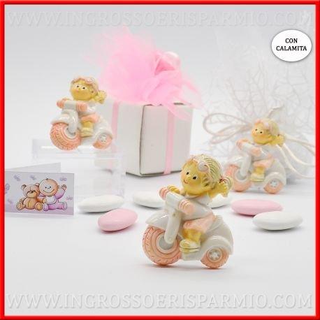 Magnete/calamita in resina colorata a forma di una bimba con treccine bionde che quida una piccola moto con dettagli rosa da femminuccia- bomboniere battesimo,nascita,comunione, primo compleanno (kit 12 pz)