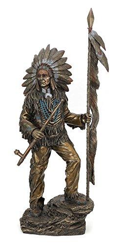 Bronze Farbe Indian Chief Halten gefiederten Spear und Peace Rohr -