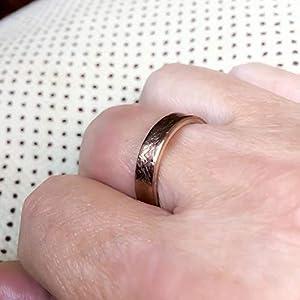 Exklusiver Ring für Herren. Zweifarbiger Ring außen aus Bronze und innen aus Sterlingsilber. Sterling Silber Ring. Ringabmessungen 5 mm breit x 2 mm dick.
