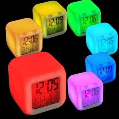 MoodiCare Cube LED, Uhr und Wecker, Uhrzeitanzeige Digitalanzeige, Temperaturanzeige und Datum, Stromversorgung über Batterien oder AC