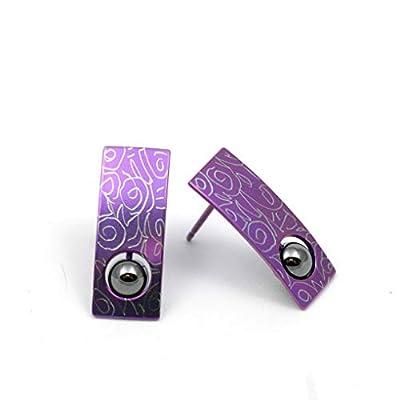 Boucles d'oreille en titane. Aucun risque d'allergie! Création artisanale. Disponible en plusieurs couleurs.