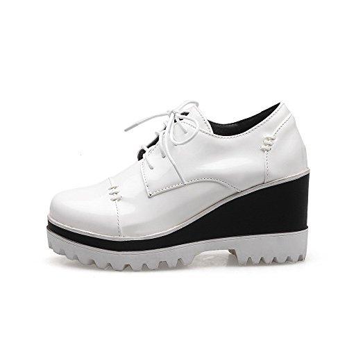 AllhqFashion Damen Hoher Absatz Rein Schnüren Lackleder Rund Zehe Pumps Schuhe Weiß