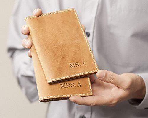 2X Marrone chiaro porta-passaporto personalizzato di pelle, documenti di viaggio con tasche per carte e soldi, monogramma del tuo nome