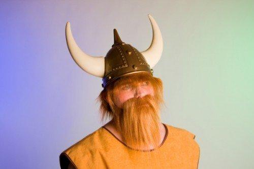 Wikinger Helm mit Hörnern und Haaren gold-weiss (Wikinger Tapfere Kostüme)
