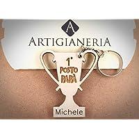 ArtigianeriA - Portachiavi in legno a forma di Trofeo, personalizzato con il proprio nome, dedicato a tutti i PAPA' vincenti. Realizzato a mano in Italia. Idea regalo per la Festa del Papà, Natale.