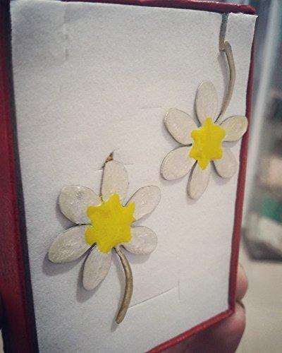 Gänseblümchen Handgefertigte Ohrringe aus Messing mit kalter Emaille gefärbt. In die andere Richtung