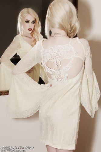 Cremefarbenes Boho Bohemian Spitzen Kleid mit Trompetenärmeln und Totenkopf Verzierung Weiß