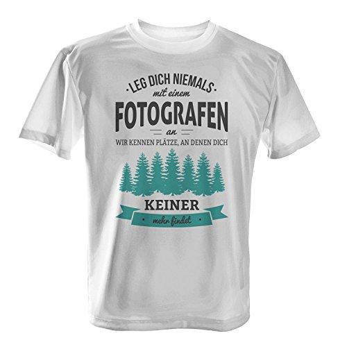 Leg dich niemals mit einem Fotografen an, wir kennen Plätze an denen dich keiner mehr findet - Herren T-Shirt von Fashionalarm | Fun Shirt Spruch Spaß Job Arbeit Beruf Geschenk Idee für Männer lustig Weiß