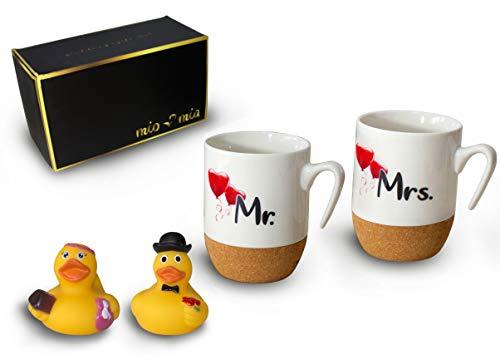 Mr & Mrs - Kaffeetassen/Hochzeitsgeschenk für Brautpaar mit Korkboden und Badeenten Geschenkset zum Valentinstag (Paar)