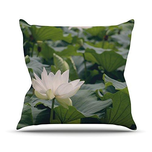 kess-inhouse-cm1058aop03-18-x-457-catherine-mcdonald-lotus-verde-y-blanco-cojin-manta-de-exterior-mu